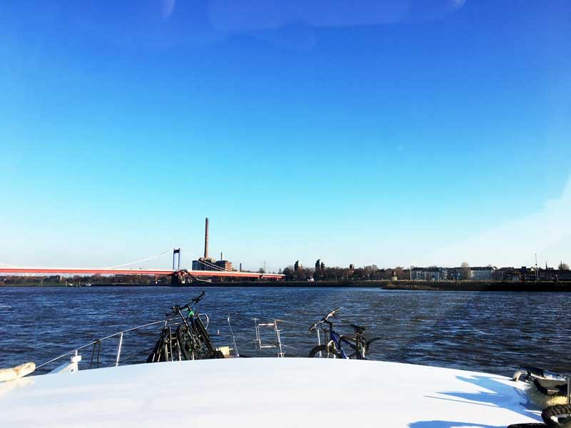 Am Horizont sieht man die alten Brückenköpfe, hinter denen der kleine Sportboothafen liegt