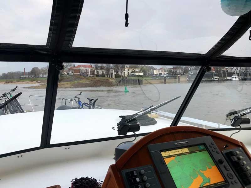 Die Einfahrt in den Hafen Zaltbommel ist sehr schmal, und die Strömung ist recht stark