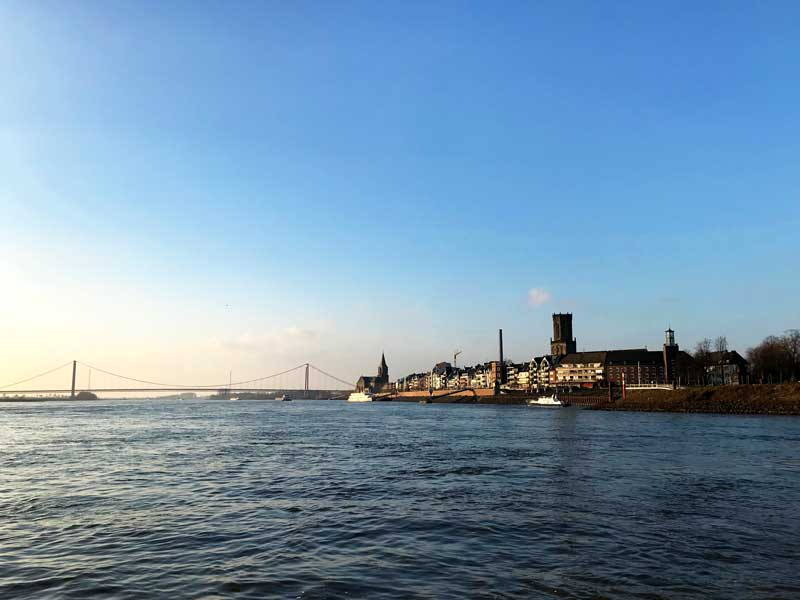 Vom Rhein aus betrachtet ist Emmerich recht hübsch