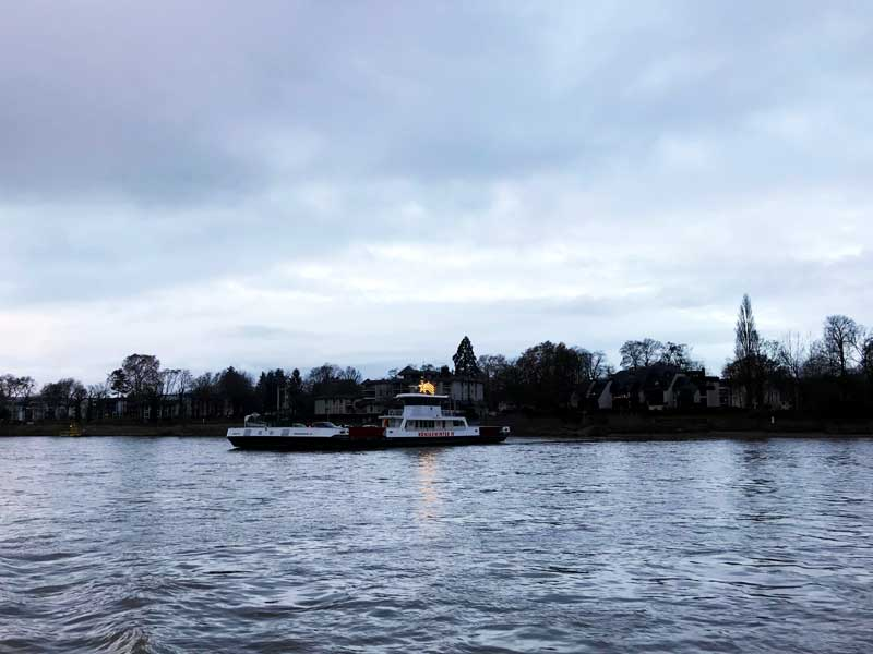 Die Fähren bei Königswinter sind mit Sternen weihnachtlich geschmückt