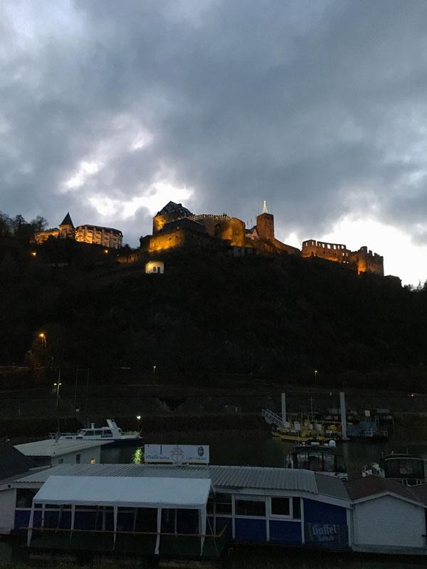 Über dem Sportboothafen thront die Burg Rheinfels, die nachts sehr schön beleuchtet ist