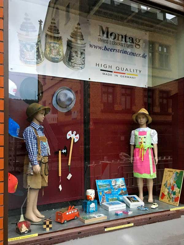 In den Läden werden super hässliche Andenken für überwiegend amerikanische Touristen verkauft, zum Beispiel Pseudo-Dirndl für Kinder