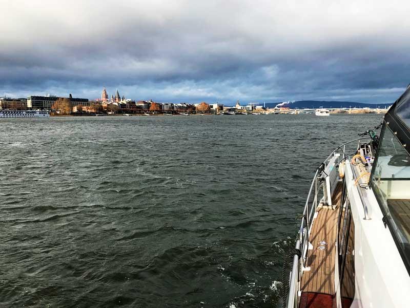 Mainz sieht vom Wasser her sehr schön aus mit seinen vielen Türmen