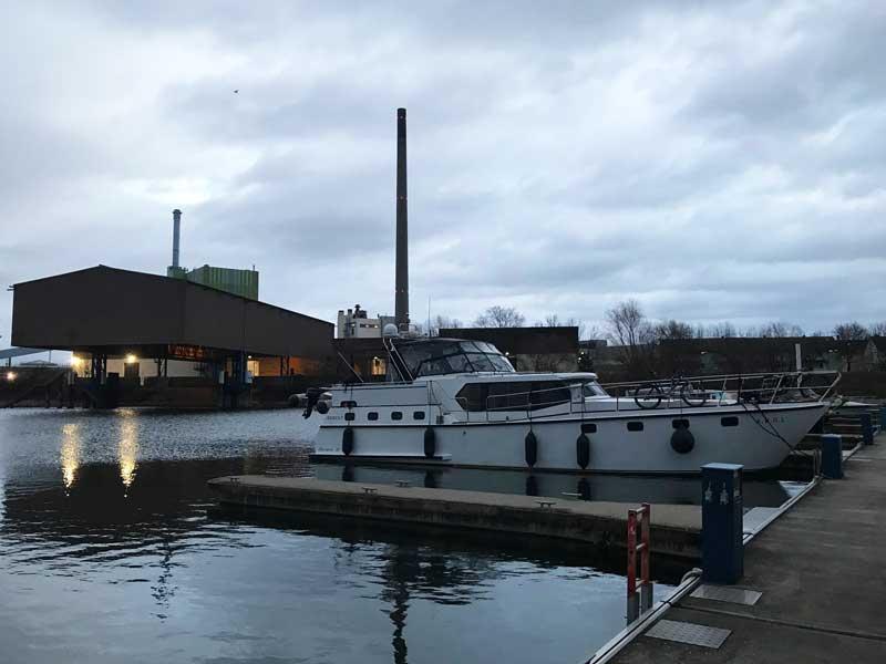 Auch der Yachthafen Karlsruhe Maxau ist nicht besonders schön. Auf der einen Seite des Beckens liegen Industrieanlagen, auf der anderen Seite die Autobahn.