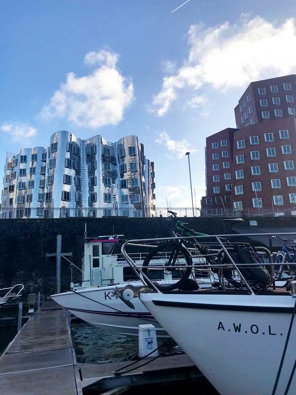 Die Bauten von Gehry verleihen dem Medienhafen ein ungewöhnliches Gesicht