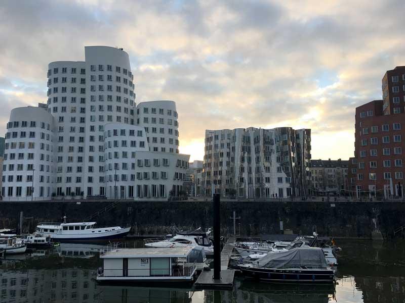 Die Sonne geht hinter den spannenden Gehry-Bauten auf während unserer Morgengassirunde