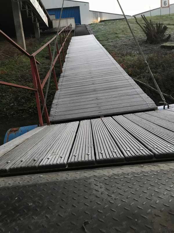 Der Aufgang vom Steg ist eine sehr steile Holzrampe, die komplett von Raureif bedeckt ist