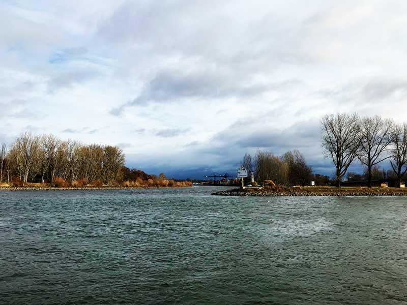 Gegenüber von Mainz zweigt der Rhein-Main-Donau-Kanal vom Rhein ab
