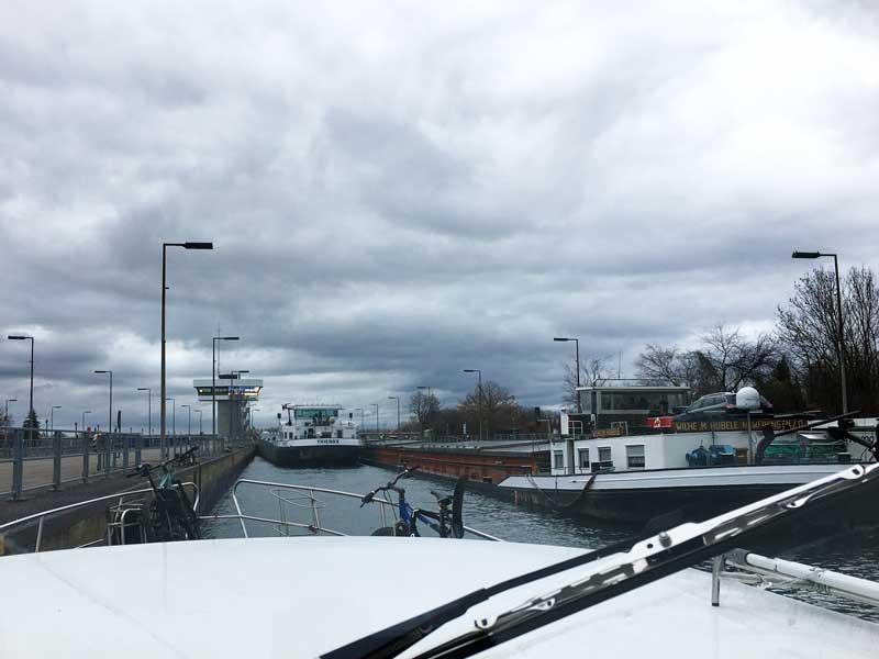 Im Dezember will es gar nicht richtig hell werden. Wir stehen mit zwei großen Frachtschiffen in der Schleuse Iffezheim.