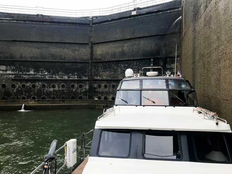 Mit den großen Schiffen haben wir gerade noch so Platz in der Schleuse - direkt hinter uns ist das Schleusentor