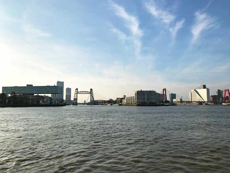 Die Silhouette von Rotterdam mit Hefbrug, Wilemsbrug, links dem schwebenden Unilever-Gebäude und den vielen Wolkenkratzern