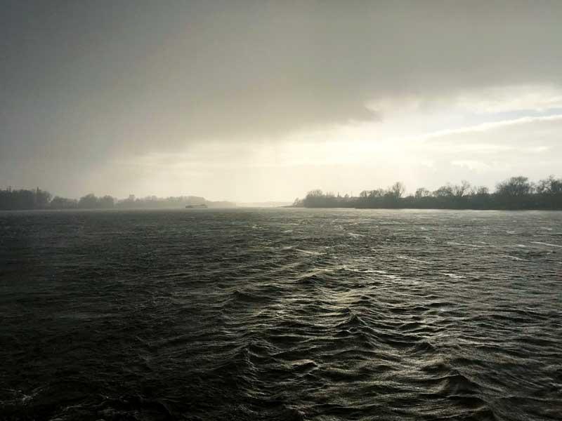 Durch die durchziehenden Regenschauer entstehen immer wieder dramatische, düstere Stimmungen