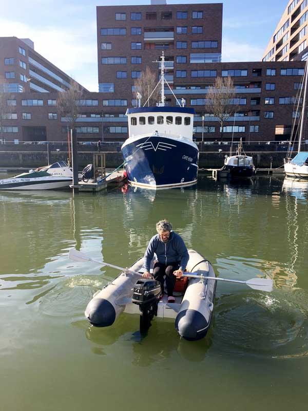 Nachdem der Motor ausfällt, muss Thomas durch den ganzen Hafen zurückrudern