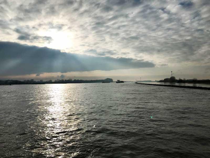 Die niedrig stehende Sonne zaubert eine tolle Stimmung über der Waal bei Ophemert