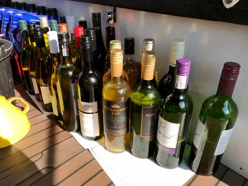 Der inhalt des Tanks füllt unzählige leere Weinflaschen