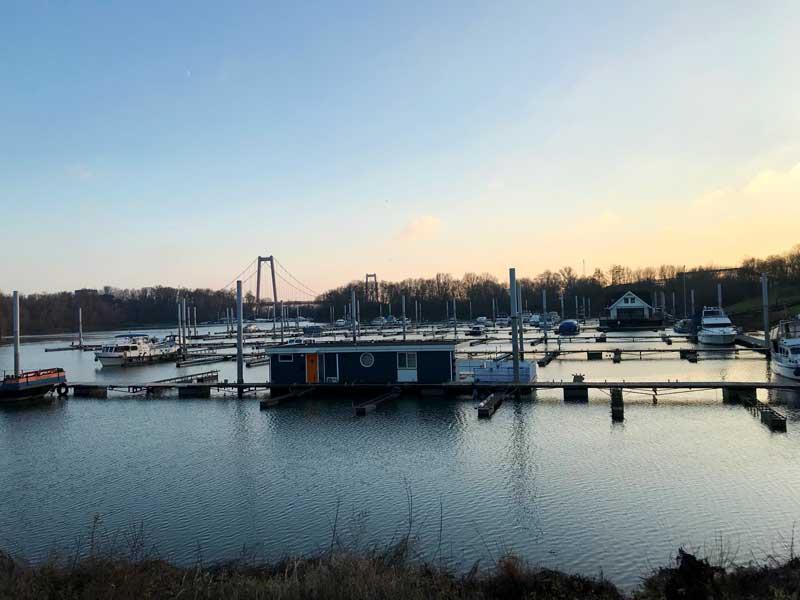 Es liegen nur ganz wenige Boote im Yachthafen Emmerich, der offiziell geschlossen ist