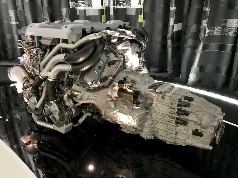 Es ist ein 16 Zylinder 1000 PS Bugatti Motor ausgestellt in der VW Autostadt Wolfsburg