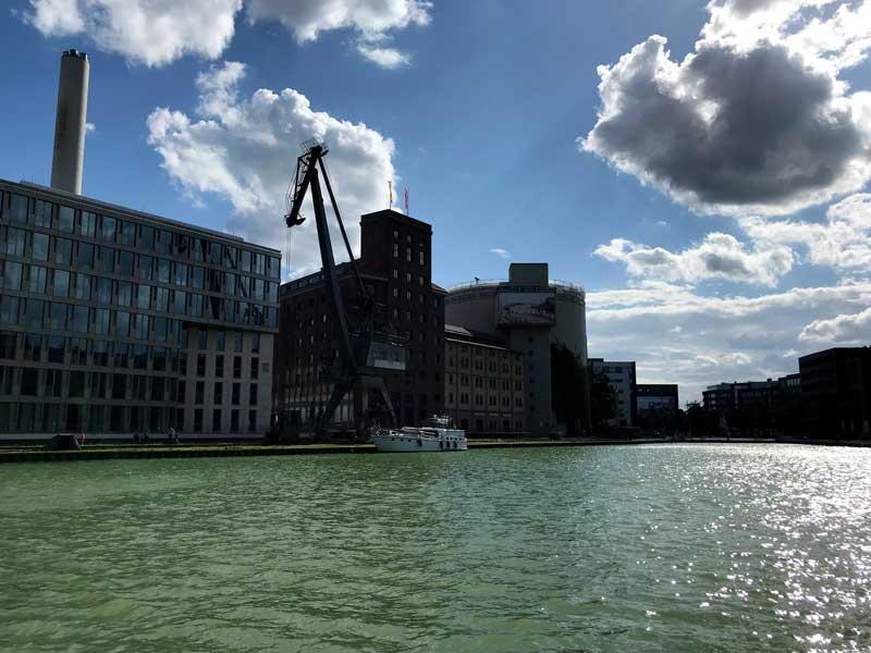 Unser Boot, die AWOL, von der gegenüberliegenden Seite des Stadthafens Münster aus fotografiert, darüber dramatische Wolken