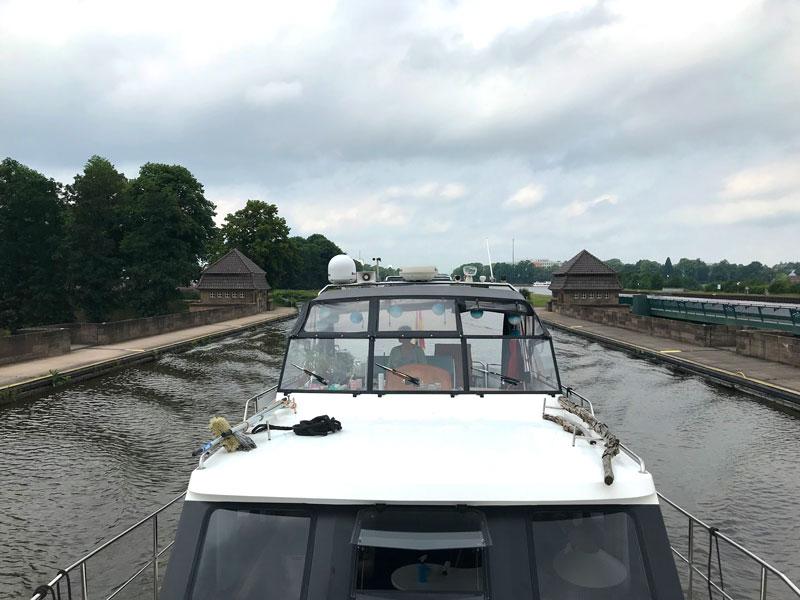 Blick auf unser Boot, wie wir über die alte Brücke des Mittellandkanals über die Weser fahren