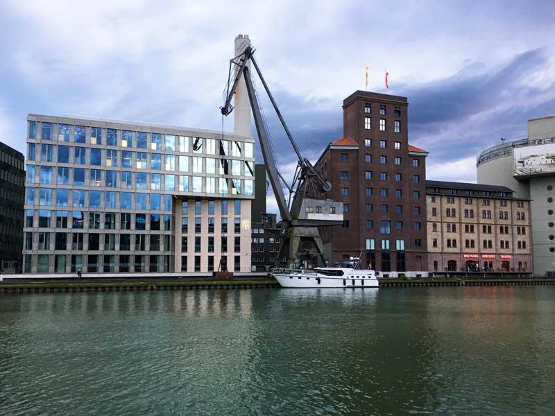 Wir legen im Stadthafen Münster unter einem alten Industriekran an