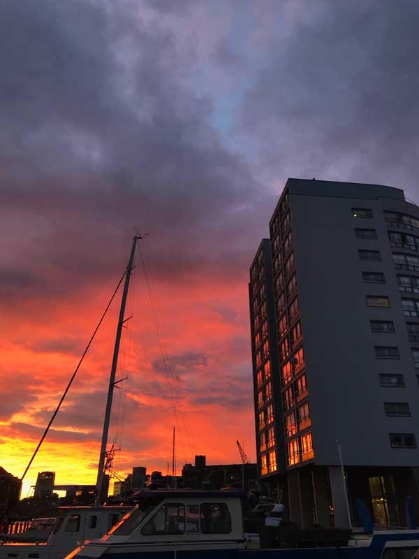 Der Sonnenuntergang zaubert ein farbenprächtiges Spektakel und taucht auch den Marina Toren in knallige Pink- und Orangetöne