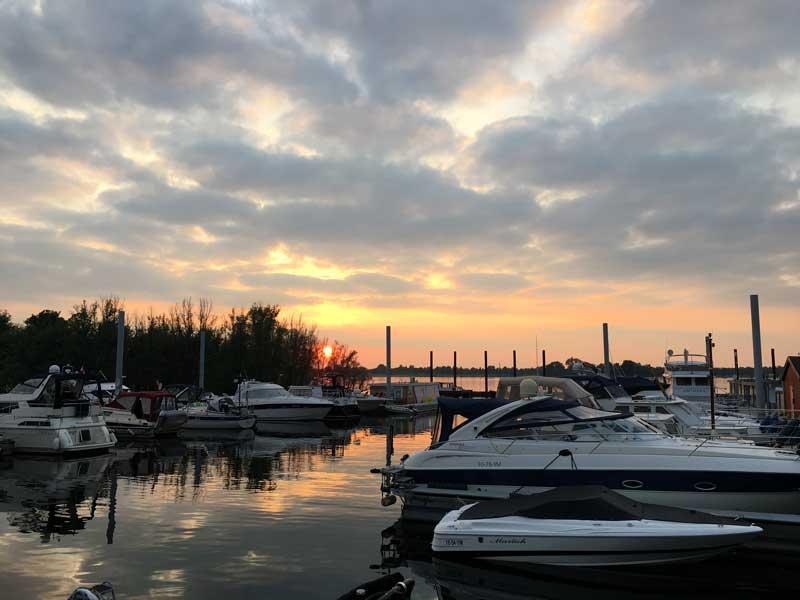 Sonnenuntergang mit kitschigen Farben über dem Yachthafen de Bijland