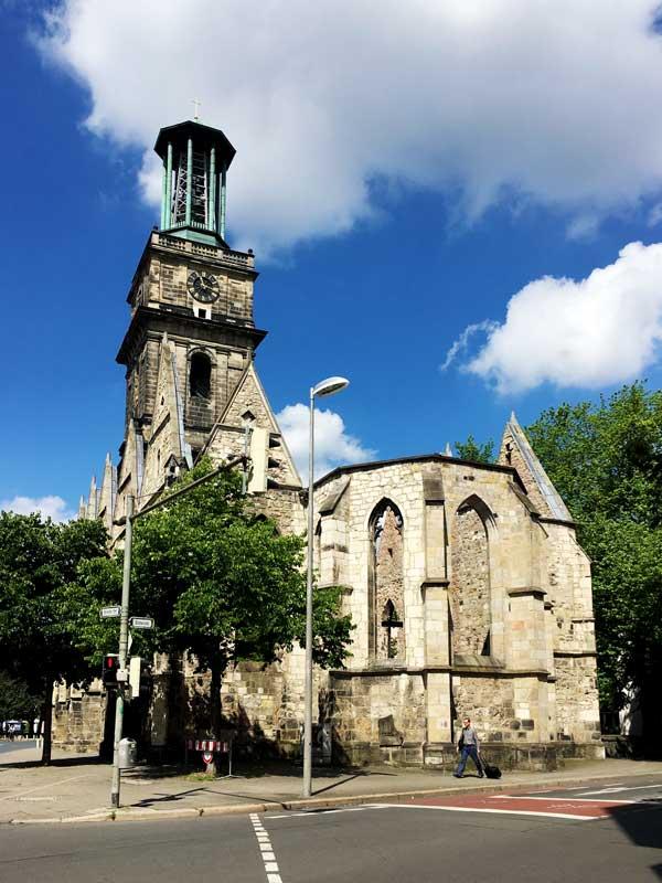 Von der Aegidienkirche in Hannover stehen nur noch die Außenmauern und der Turm