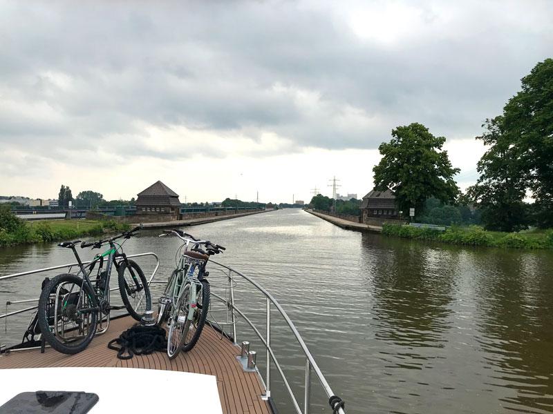 Die Brücke des Mittellandkanals über die Weser bei Minden hat zwei Rinnen. Die alte darf nur noch durch Sportboote befahren werden