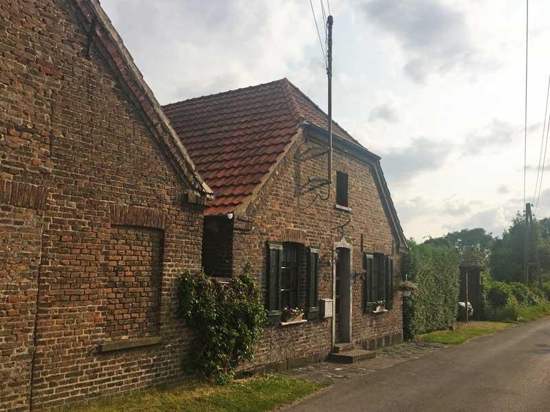 Zwei alte Ziegelbauten am gegenüberliegenden Rheinufer von Rees