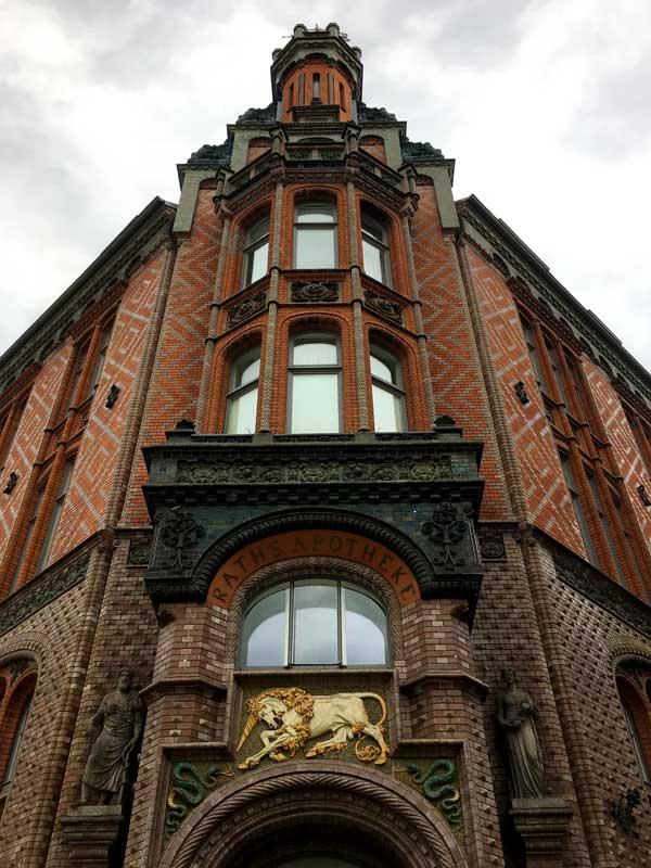 Das Alte Rathaus von Hannover ist aus rotem Backstein gebaut und reich verziert