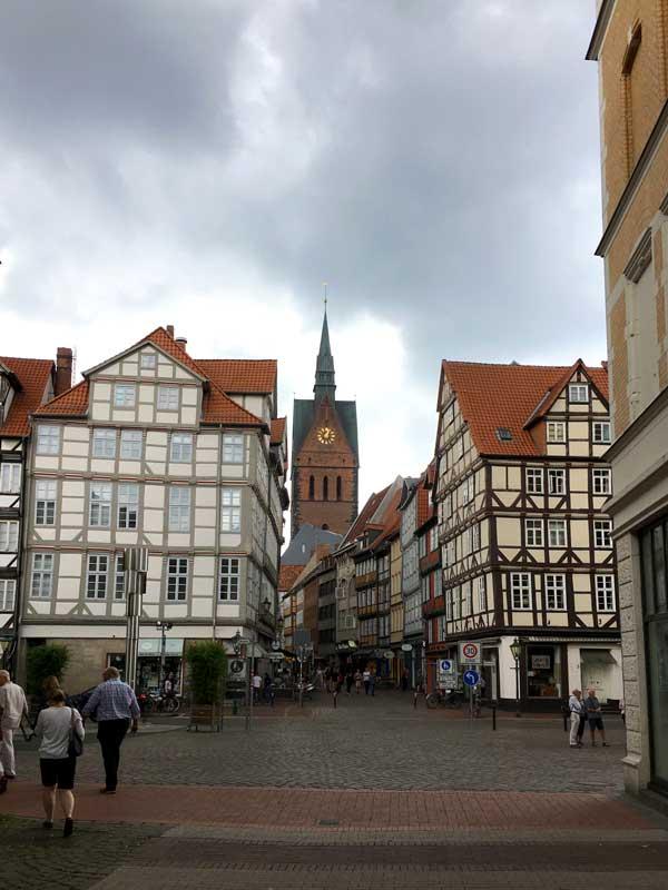 Um die Marktkirche Hannover herum stehen zahlreiche alte Fachwerkhäuser