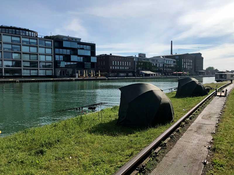 Angler haben am Ufer des Stadthafens Münster ihre Zelte aufgeschlagen