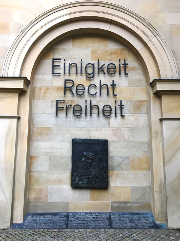 """Am Leineschloss Hannover ist eine Gedenktafel für August Heinrich Hoffman von Fallersleben angebracht. Es ist ein Reliefporträt des Dichters, überschrieben mit den Worten Einigkeit Recht Freiheit"""""""