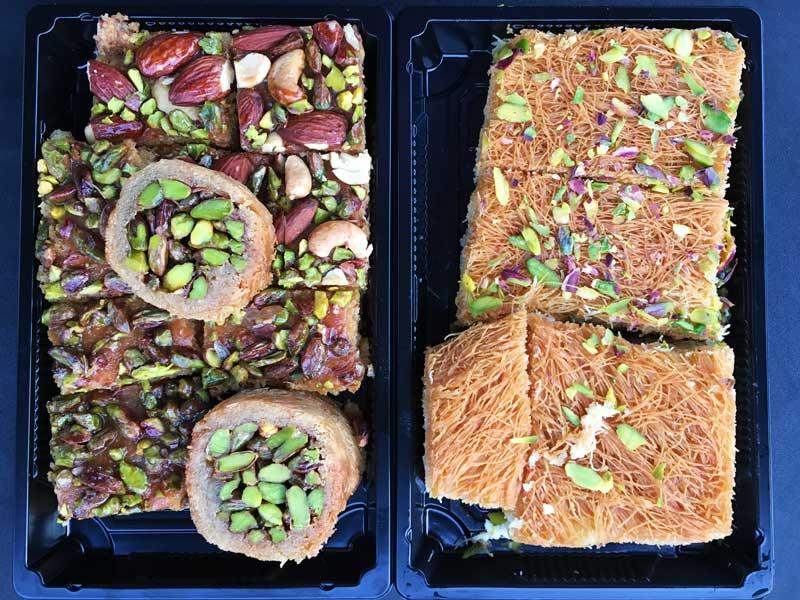 Unterschiedliche Baklava in zwei Plastikschalen