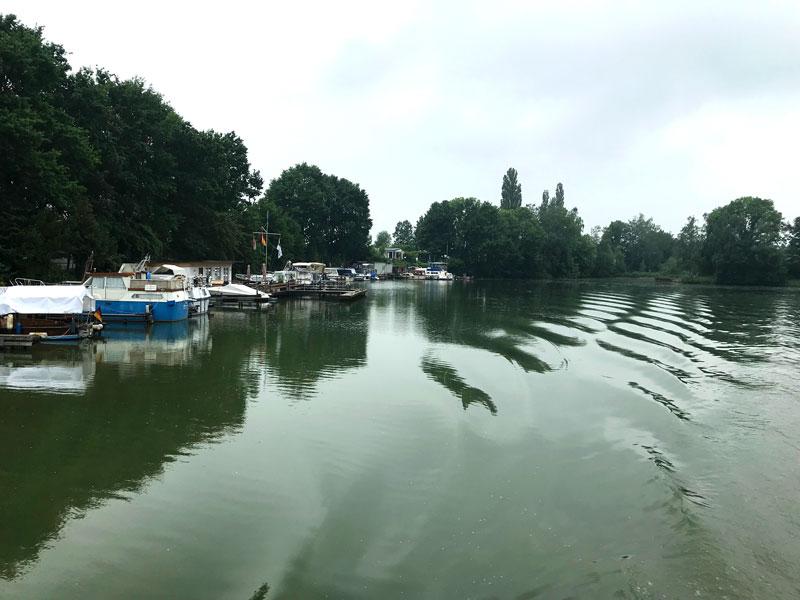Der Hafen des WSV Preussisch Oldendorf liegt ungeschützt am Mittellandkanal, so dass unsere Bugwelle beim Vorbeifahren die Schiffe bewegt, obwohl wir langsam fahren