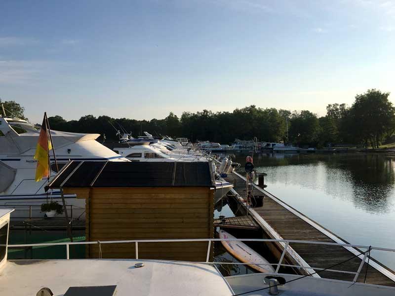 Blick vom Boot über den Steg des Yachthafens Flaesheim