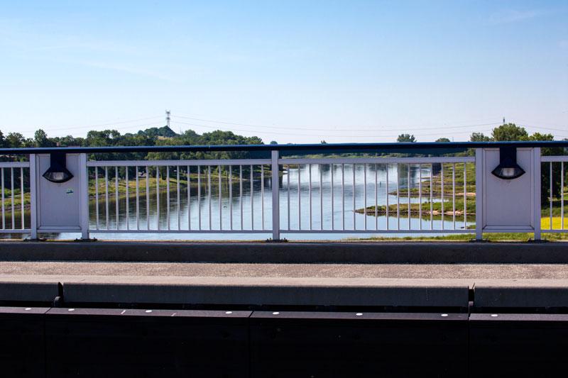 Blick von der Brücke des Mittellandkanals auf die Elbe bei Magdeburg