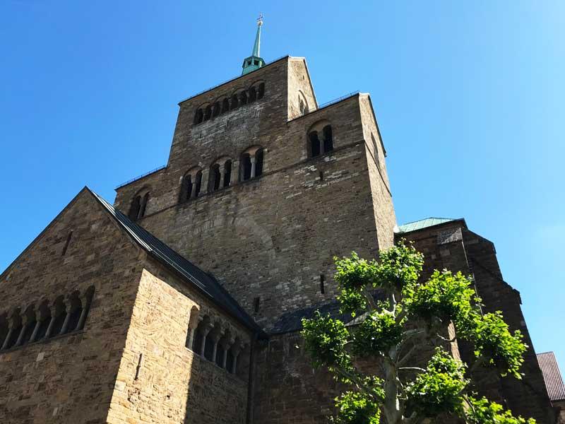 Der Mindener Dom St. Gorgonius und St. Petrus ragt vor dem blauen Sommerhimmel imposant auf