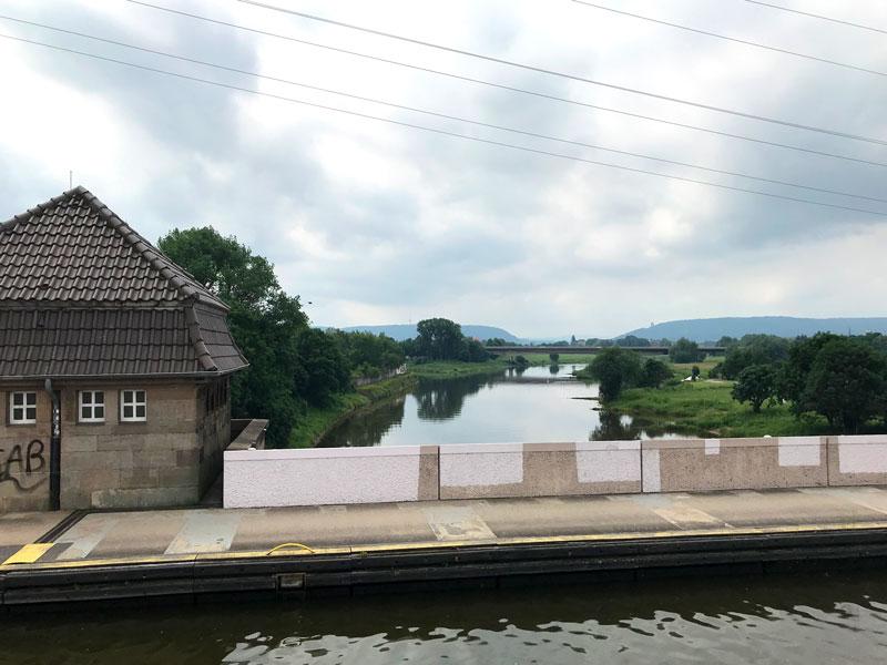 Von der Brücke des Mittellandkanals kann man von oben auf die Weser blicken