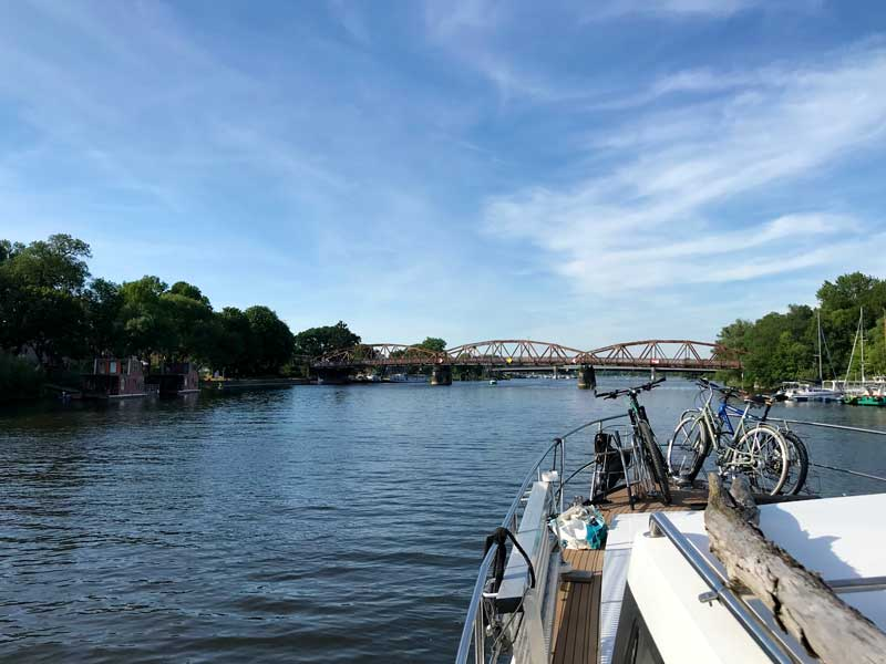 Hinter diesen beiden Brücken über den Plauer See liegt linker Hand die Marina Brandenburg-Plaue