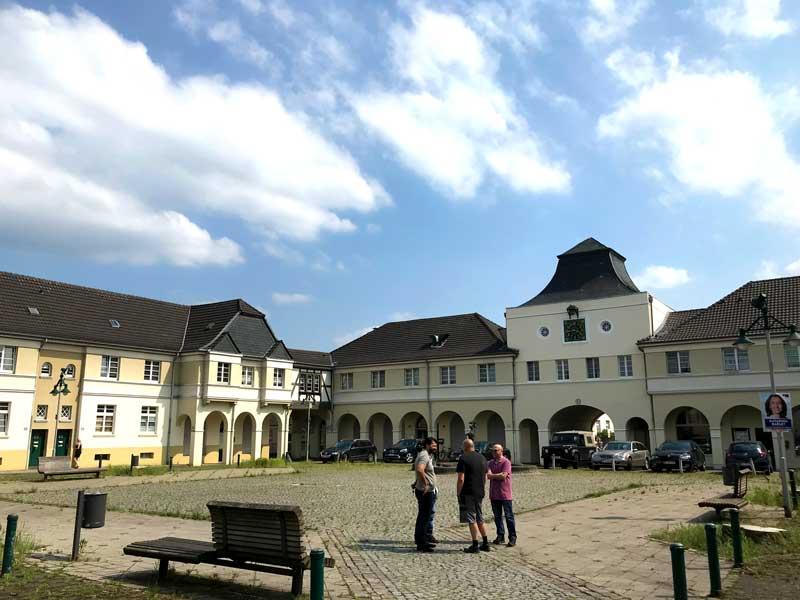 In der Mitte der Zechensiedlung Zeche Leopold in Dorsten befindet sich ein weitläufiger Brunnenplatz, auf dem sich Einheimisch etreffen