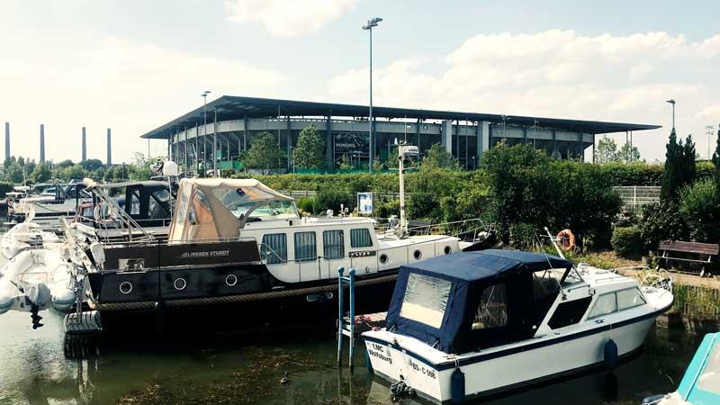 Yachthafen Wolfsburg vor der VW Arena, dem Stadium des VfL Wolfsburg
