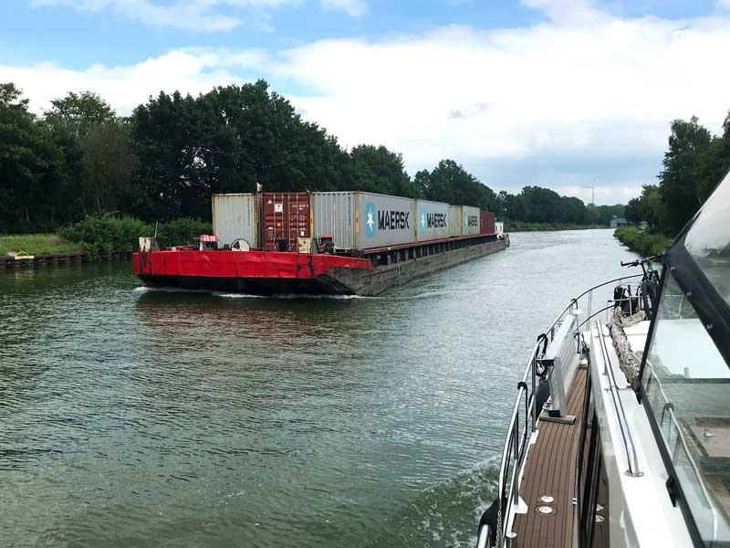 Auf dem Mittellandkanal zwischen Minden und Hannover: Das Steuerhaus dieses Containerschiffs ist so weit abgesenkt, dass der Steuermann nicht über die geladenen Container schauen kann