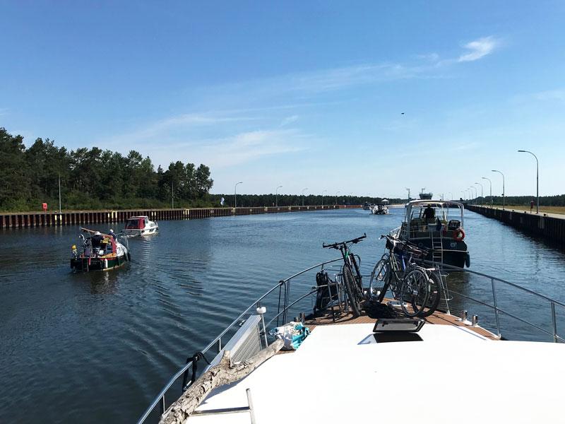 Als die Schleuse Hohenwarthe bei Magdeburg am Mittellandkanal das Signal zum Einfahren gibt, fahren alle Sportboote ungeordnet und gleichzeitig auf die Schleuse zu