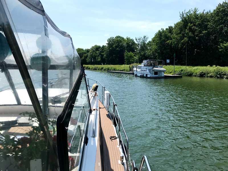Rechts am Ufer des Wesel-Datteln-Kanals liegt ein Boot, das haargenau aussieht wie unseres. Es ist auch eine Siemer Yacht