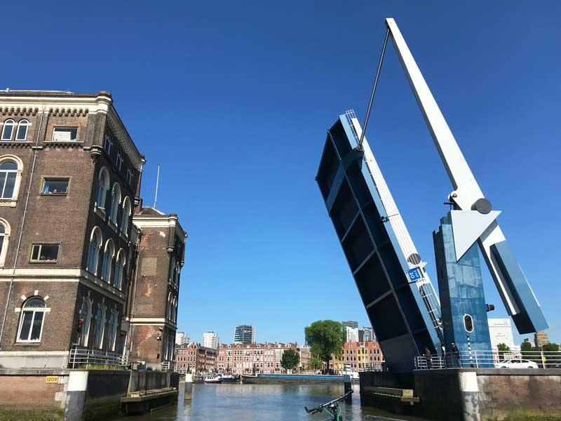 Die Ausfahrt aus der City Marina Rotterdam ist nur möglich, wenn die Binnenhavenbrug angehoben wird