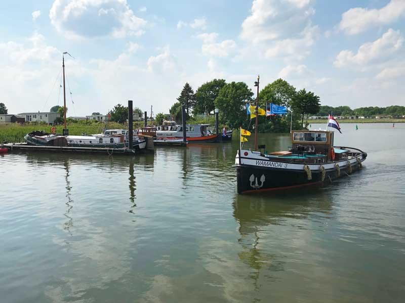Ein weiteres kleines Schleppboot stößt zu denen, die sich bereits im Hafen versammelt haben
