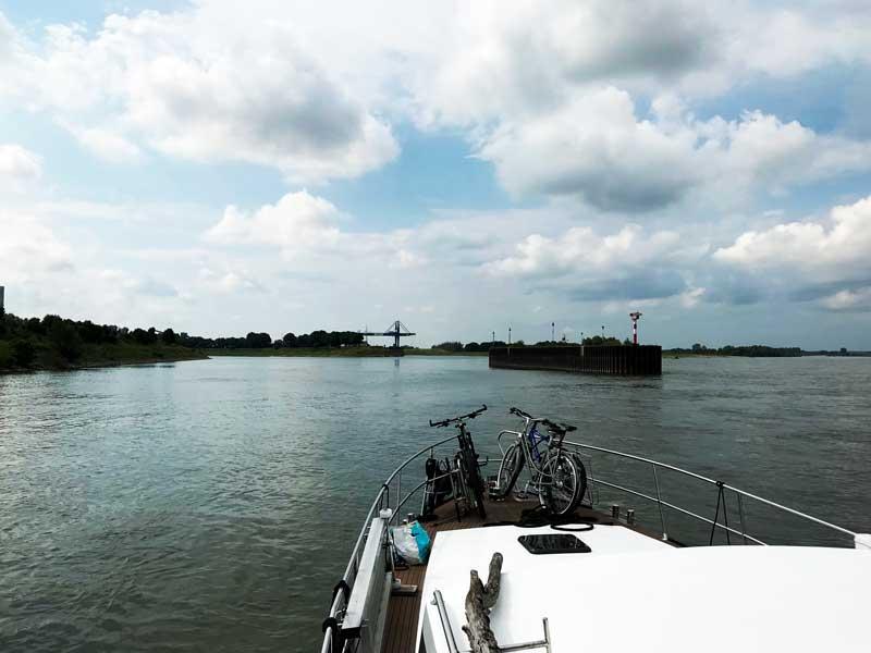 Wir biegen links vom Rhein ab in den Wesel-Datteln-Kanal mit seiner breiten Einfahrt