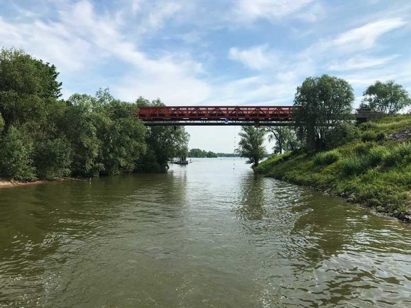 Die Zufahrt zum See de Bijland ist schmal und führt unter einer Brücke durch