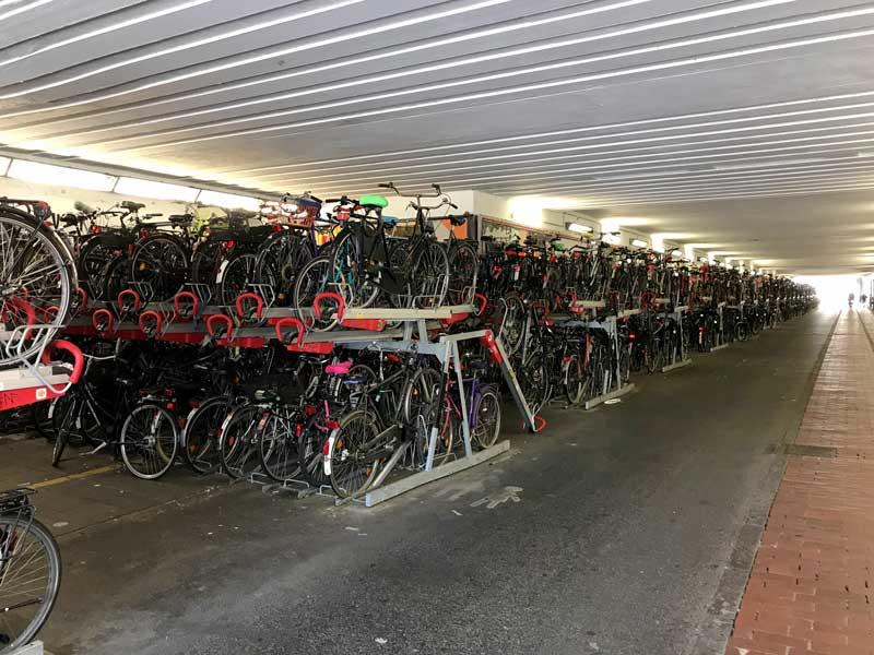 Am Hauptbahnhof Münster gibt es mehrere gigantische Fahrradparkplätze, die trotzdem bis zum Anschlag voll sind
